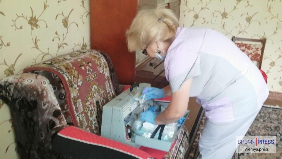 В Каменске-Уральском с середины апреля работает выездная бригада паллиативной помощи. Медики оказывают медицинскую поддержку нетранспортабельным больных. На учете в нашем городе их 450. Врачи пожаловались на то, что родственники лежачих пациентов иногда не пускают их домой из-за коронавируса.