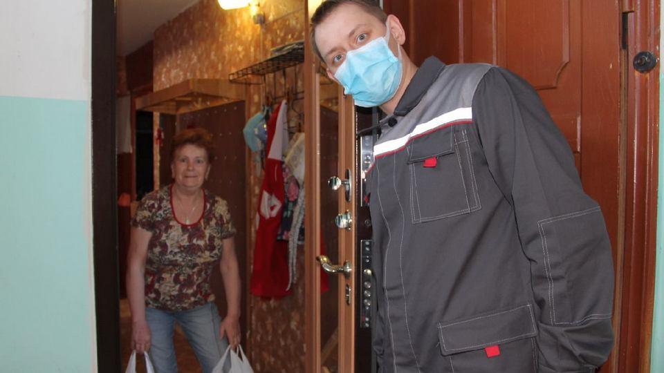 Волонтеры РУСАЛа передали продуктовые наборы 935 уазовским пенсионерам