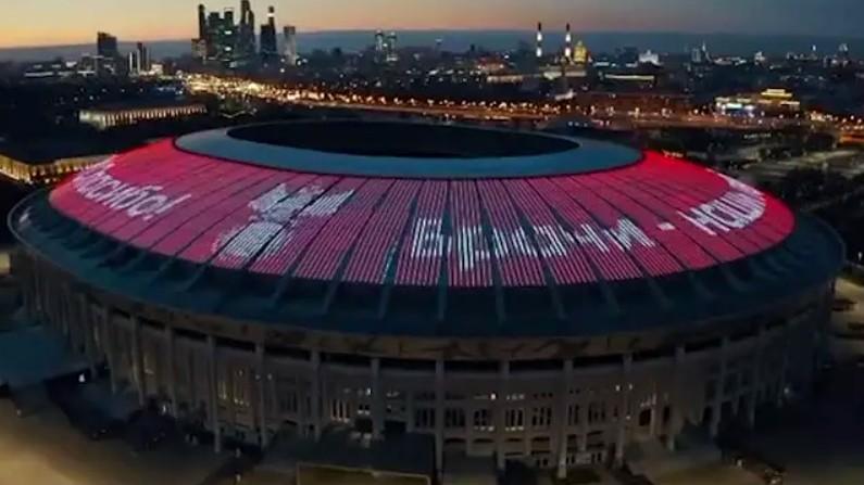"""На крыше Лужников появилась надпись """"Врачи – наши герои. Спасибо!"""""""