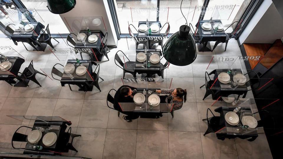Германия готовится к открытию ресторанов и кафе после пандемии COVID-19
