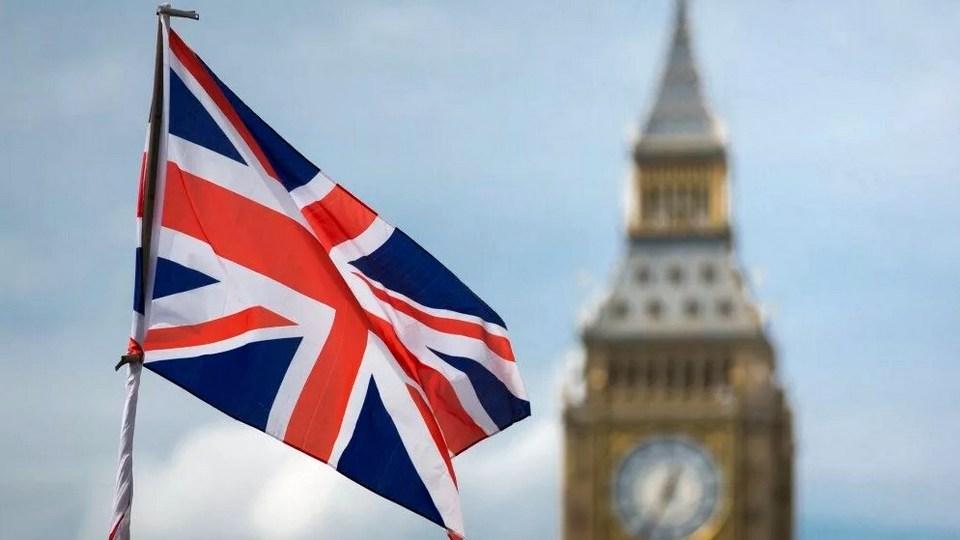 Великобритания открывает границы и вводит самоизоляцию для приезжающих иностранцев