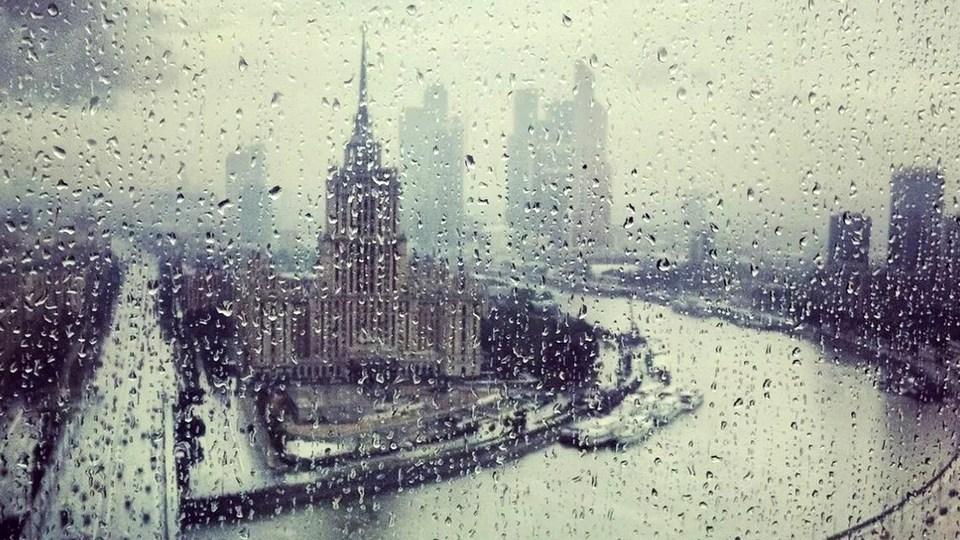 Москву залило дождем