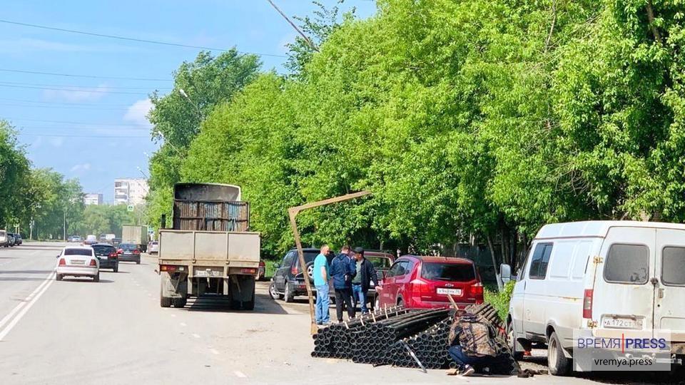 Дело труба: в Каменске-Уральском из грузовика на проезжую часть выкатились трубы