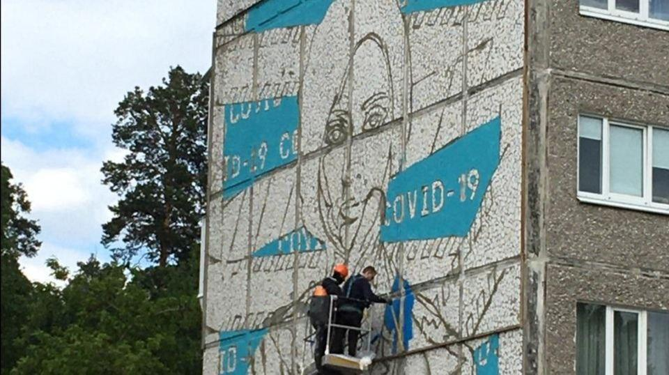 В Екатеринбурге на стене жилого дома разместили граффити врачам