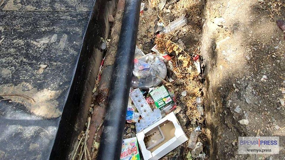 УК Теплокомплекс просит горожан не превращать открытые траншеи в свалки мусора