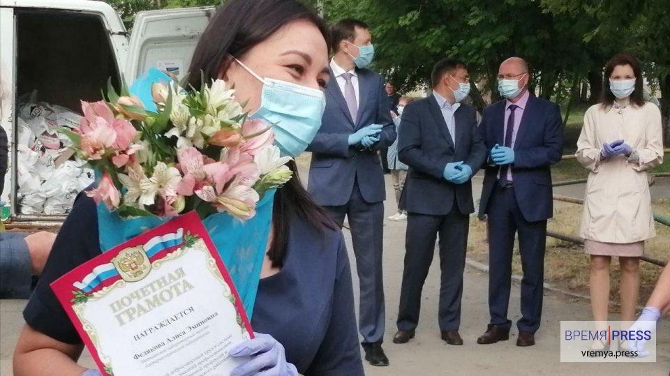 Медиков Каменска необычно наградили в преддверии Дня медработника