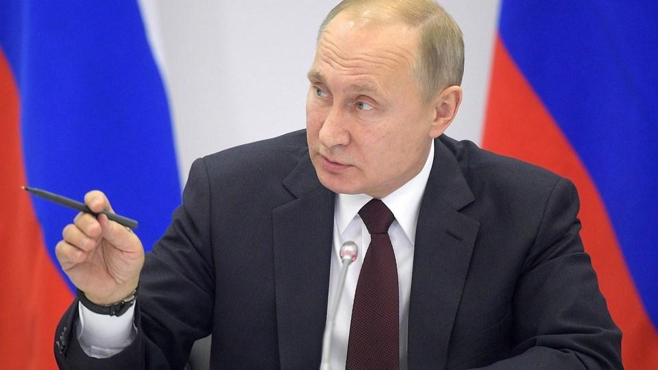 Путин пообещал внедрить единый базовый оклад для всех медработников