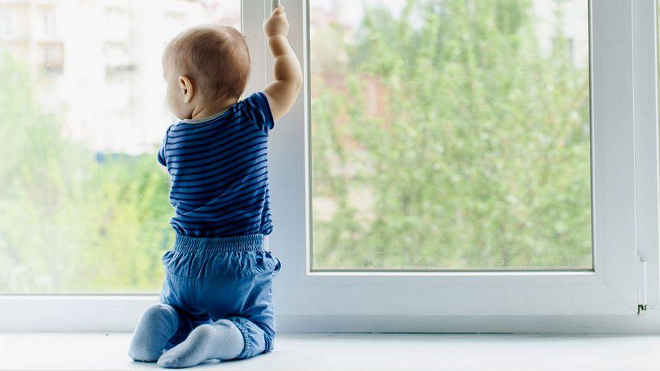 Ещё два ребенка выпали из окна в Челябинске