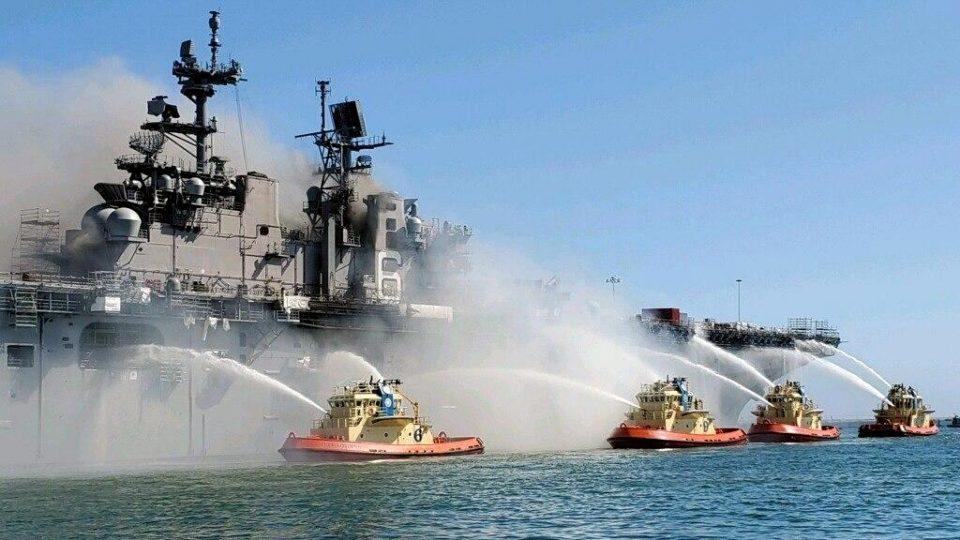 Корабль ВМС США горит на военно-морской базе Сан-Диего