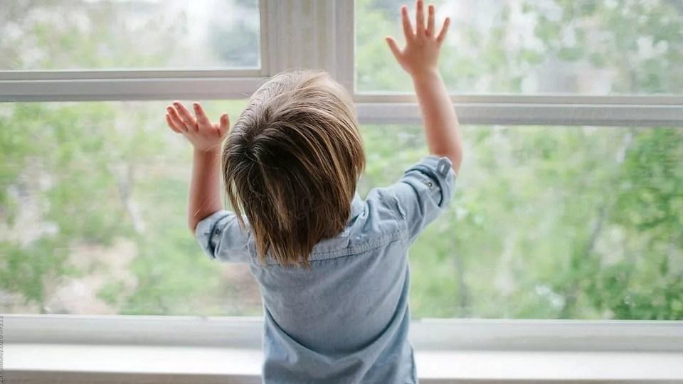 В Свердловской области участились случаи падения детей из окон