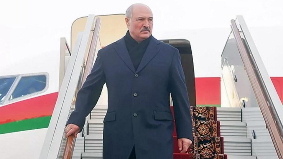 Лукашенко рассказал, почему пришел на интервью в носках и без обуви