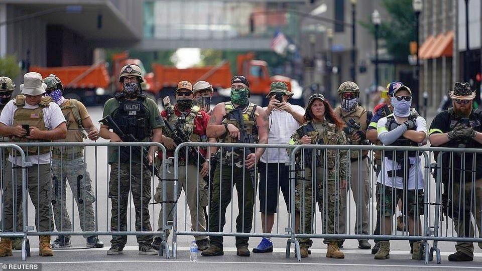 Три человека пострадали во время столкновений вооруженных ополченцев в американском Луисвилле