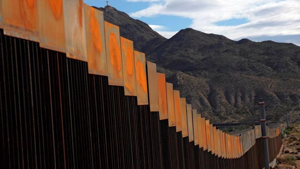 """Ураган """"Ханна"""" снес часть """"стены Трампа"""" между США и Мексикой"""
