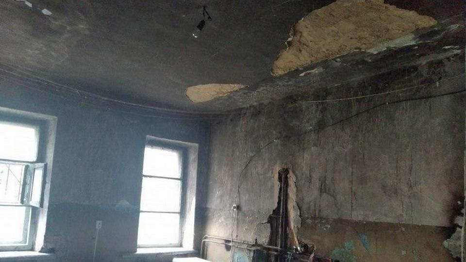 В жилом доме Златоуста на мальчика обрушился потолок