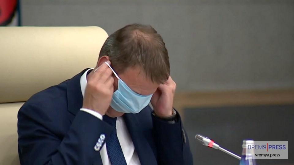 Мэр Барнаула насмешил соцсети, надев медицинскую маску на глаза