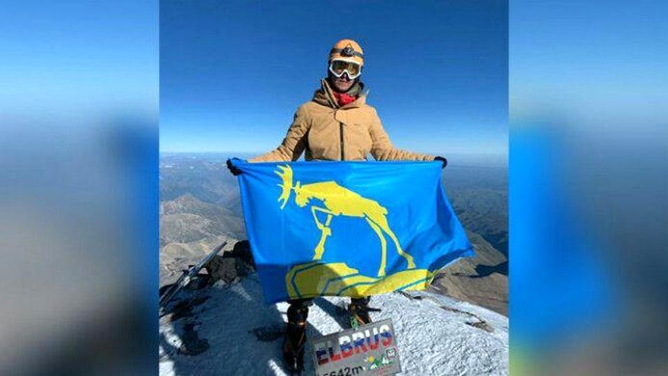 Житель Миасса покорил Эльбрус и оставил на вершине флаг города