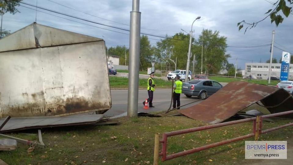 В Каменске-Уральском на дорогу выпал гараж