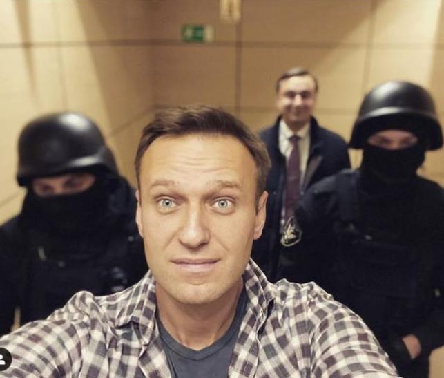Зачем Навальный лежит под ИВЛ