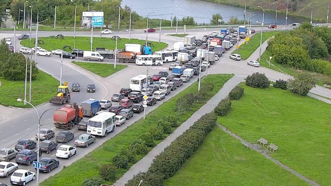 В Каменске-Уральском 26 августа на Байновском мосту образовалась огромная пробка. Люди в социальных сетях жалуются, что стоят в заторе часами. Как выяснилось, здесь проводятся ремонтные работы, которые продлятся два дня.