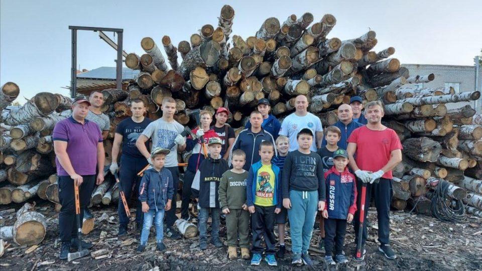Добро кулаками: каменские боксеры запустили акцию по колке дров для нуждающихся