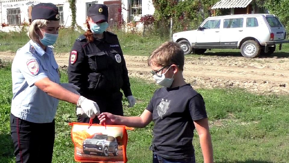 Накануне Дня знаний полицейские Каменска-Уральского вручили детям подарк