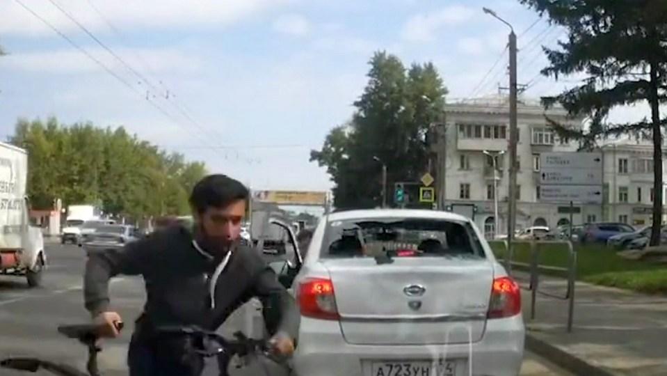 В Челябинске велосипедист вынес стекло иномарки головой и скрылся с месте ДТП