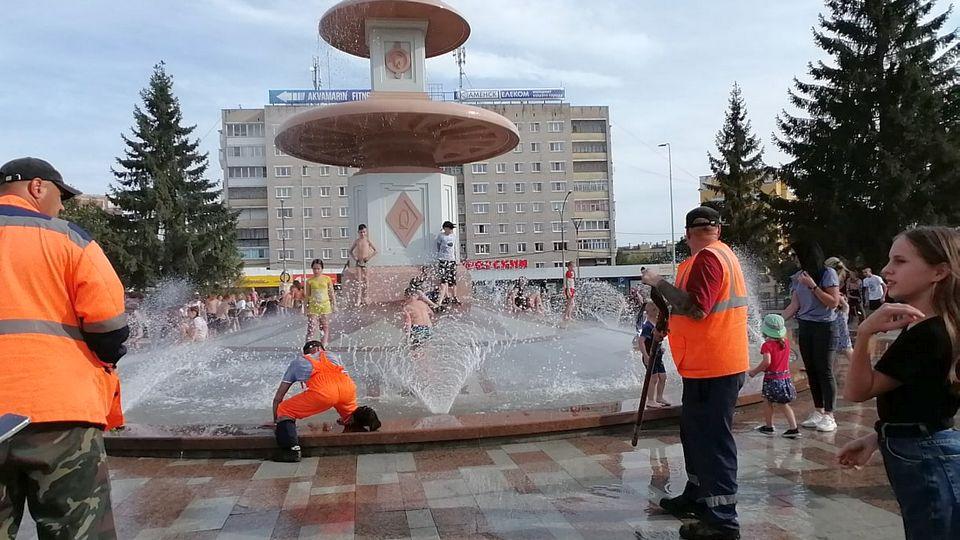 За выходные каменцы засорили обновленный фонтан на площади Горького