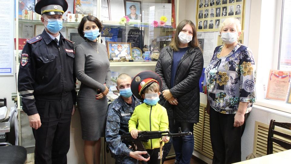 Полицейский из Каменска-Уральского встретился со спасённым мальчиком