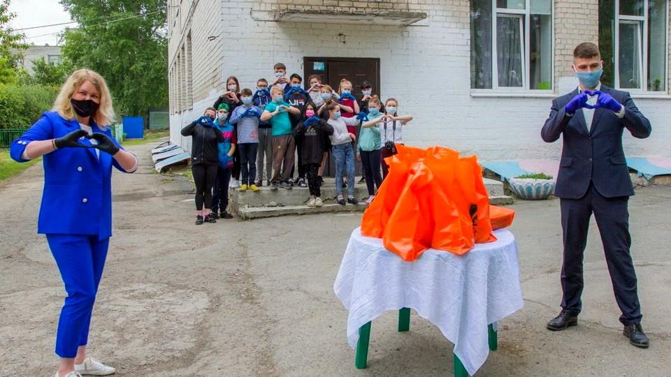 Совет молодежи СинТЗ организовал для воспитанников центра Синарский чаепитие со сладостями