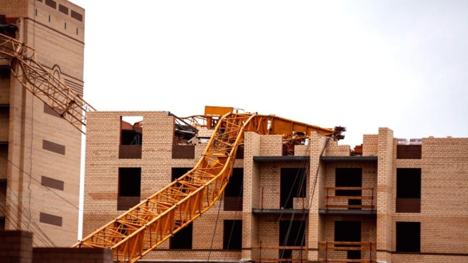 Ураган в Тюмени обрушил два высотных крана с рабочими. Заведено уголовное дело
