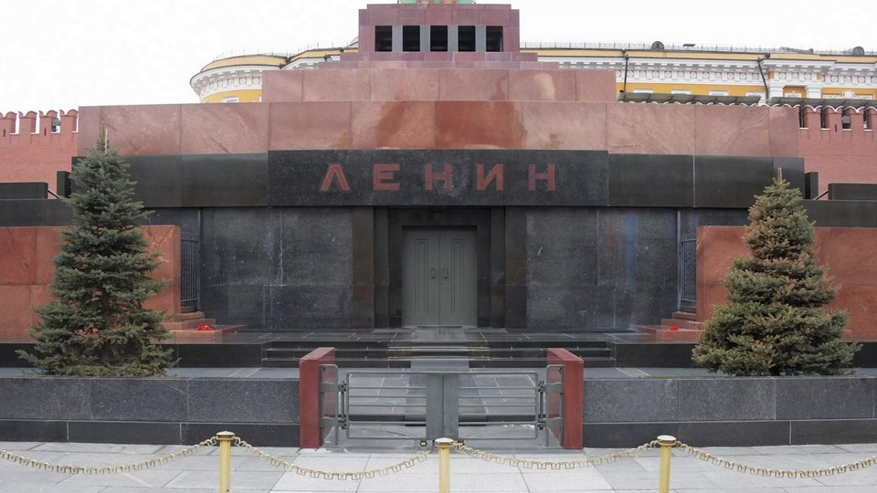 Россияне поделились мнением об идее захоронить тело Ленина