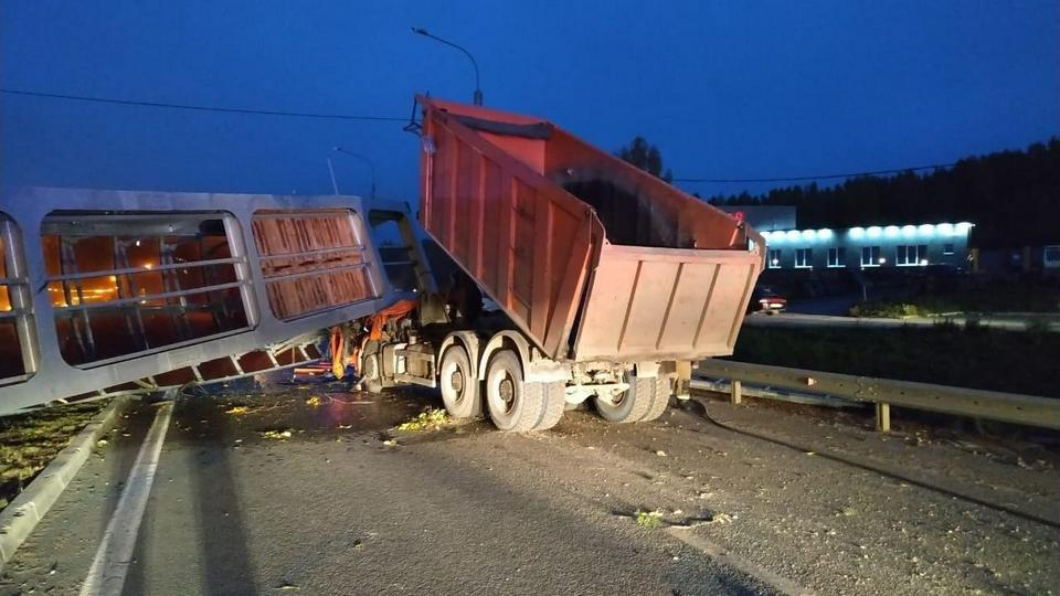 Надземный переход рухнул на автомобиль под Екатеринбургом