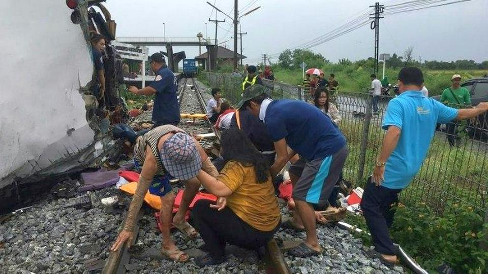 20 человек погибли при столкновении товарняка и автобуса в Таиланде