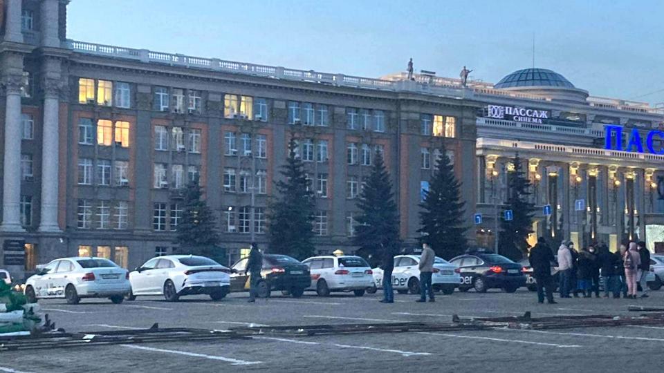 Таксисты Екатеринбурга устроили забастовку и заставили выйти к ним главу Минтранса