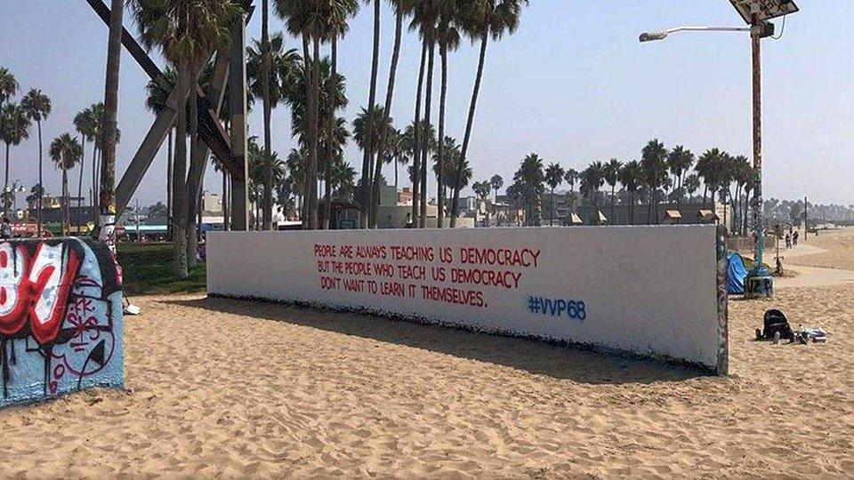 На пляже Лос-Анджелеса появилось граффити с поздравлением Путину