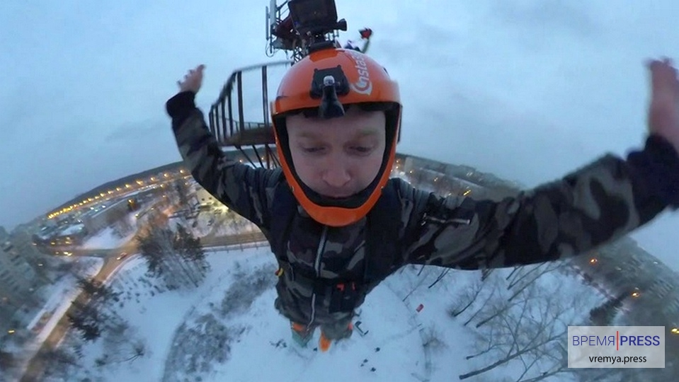 В Екатеринбурге бейсджампер прыгнул с 31-метровой вышки