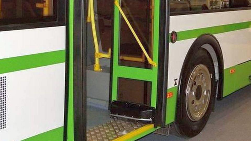 В Екатеринбурге водитель автобуса зажал пассажирку дверями и сломал ей ногу