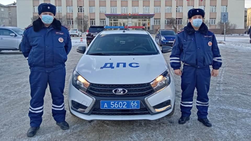 Сотрудники ГИБДД Красноуральска спасли пенсионеров из пожара