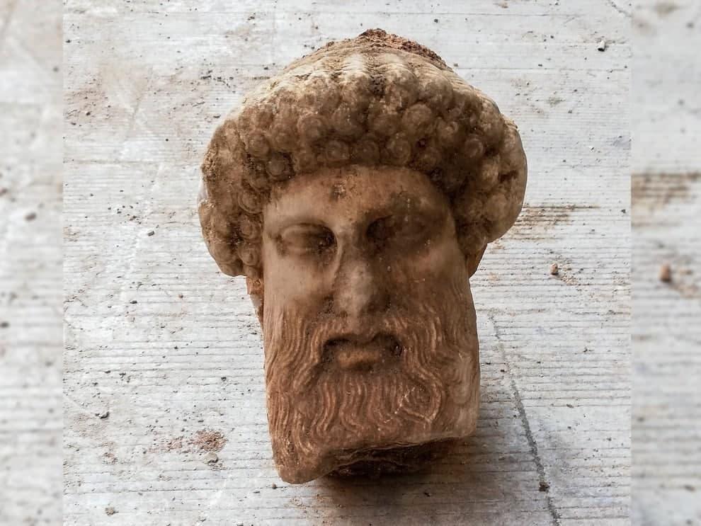 Редкий бюст древнегреческого бога нашли в канализации в Греции