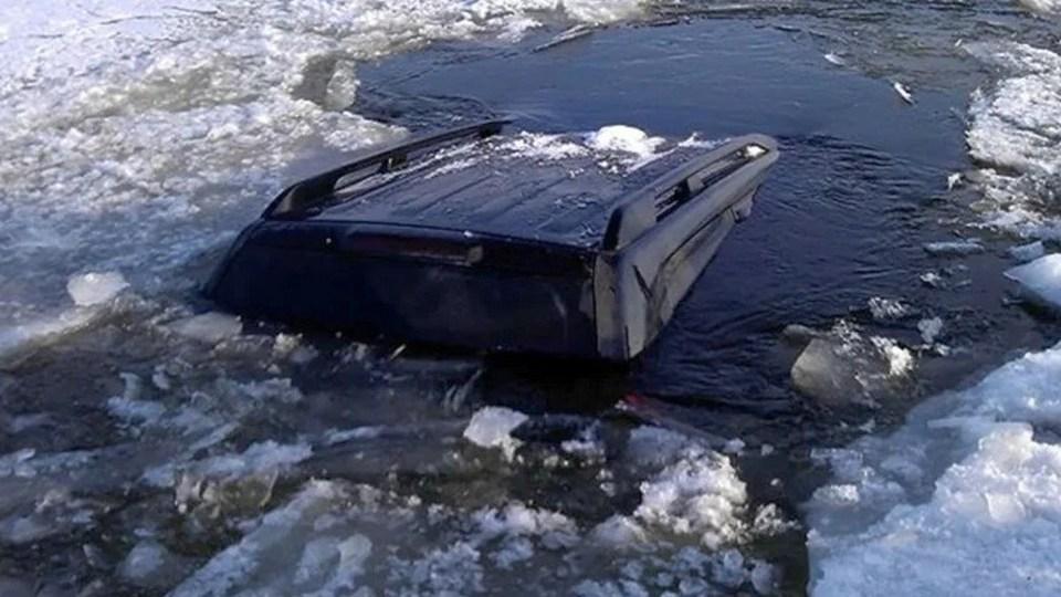 Беременная женщина и ребенок погибли в ХМАО, провалившись в машине под лед