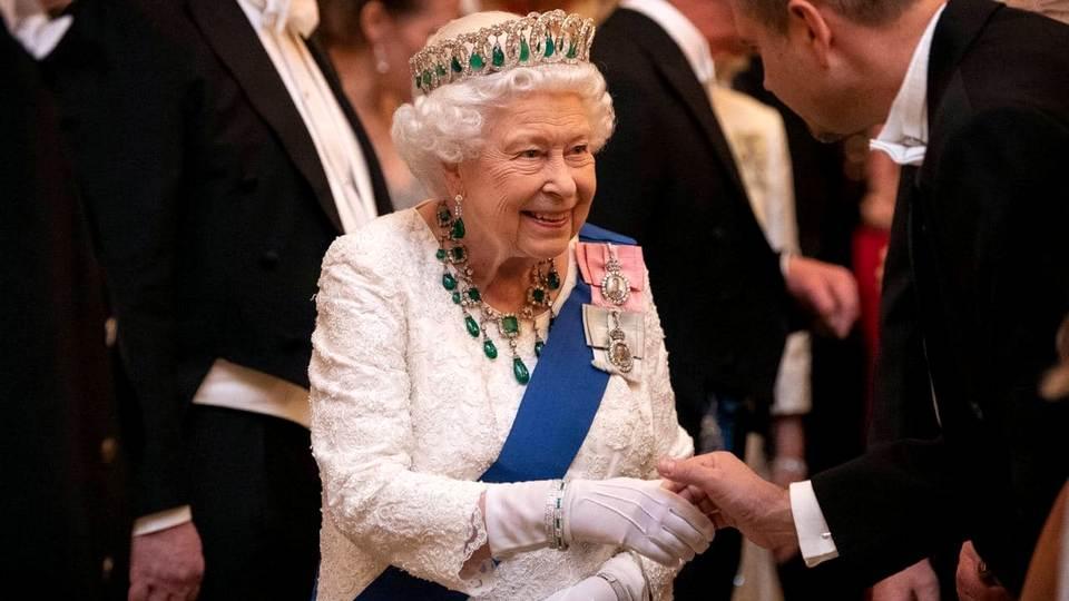 Для британской королевы создадут специальные перчатки от коронавируса