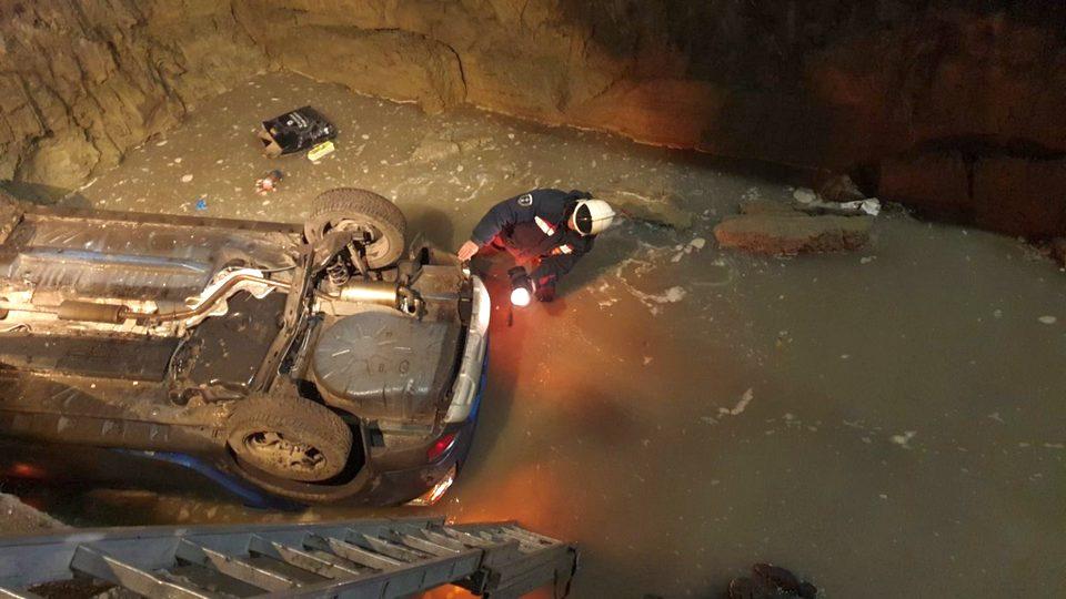 Автомобиль провалился в четырехметровую яму в Саратове