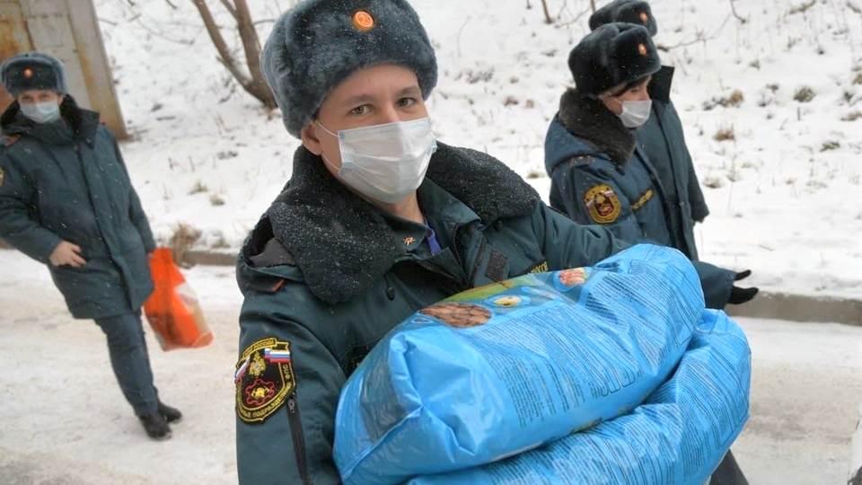 В Новоуральске сотрудники МЧС привезли подарки приюту для животных
