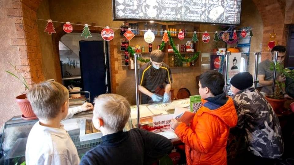Бизнесмен из Челябинска бесплатно угощает в своём кафе школьников за пятёрки в дневниках