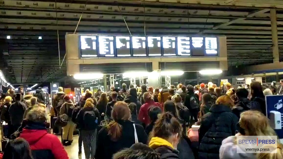 Британцы массово бегут из Лондона из-за введённого локдауна