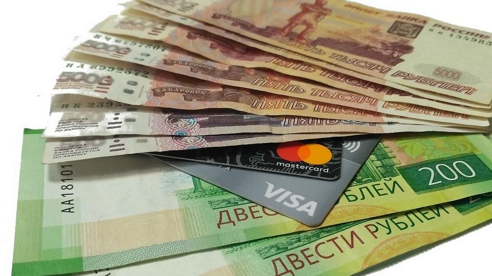 В Каменске-Уральском сотрудница банка украла деньги с найденной карты