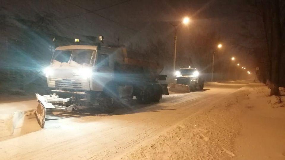 """Рабочие АО """"Горвнешблагоустройство"""" продолжают чистить город от снега"""