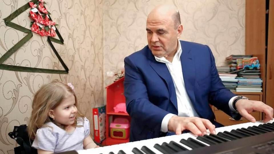Мишустин подарил синтезатор и куклу пятилетней девочке из Твери