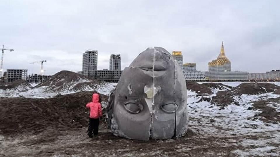 Большая пенопластовая голова напугала жителей Петербурга