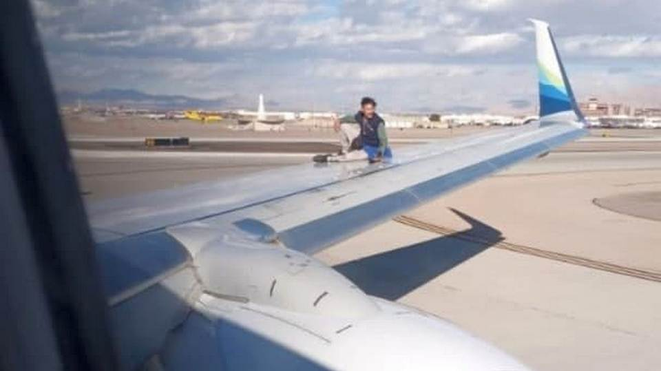Неадекватный мужчина забрался на крыло самолета в аэропорту Лас-Вегаса